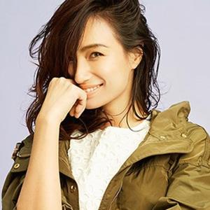 カーキのジャンバーを着て微笑んでいる佐田真由美の画像