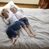 單純的認為小孩只是「健康有活力」是不行的!?有關小孩子睡姿內含的真相分析♪