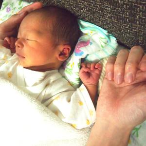 なでなで♡ニギニギ♪触れることが赤ちゃんにもたらす嬉しい効果とは