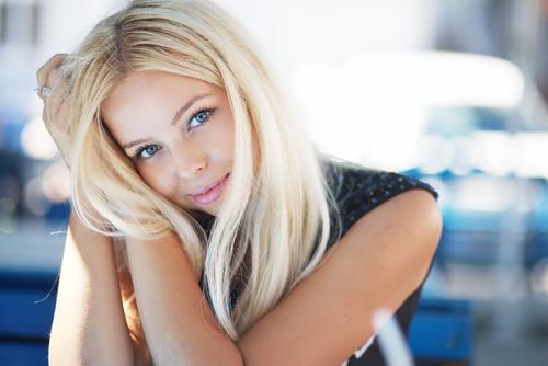 Фото боком блондинки