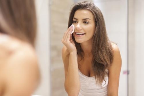 拭き取り化粧水を使用する女性