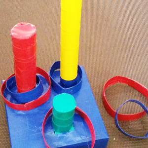 寒い冬は家の中で工作タイム♪牛乳パックの「輪投げセット」の作り方