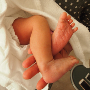 ママがお手伝い!赤ちゃんの寝返り練習をサポートする方法とは?